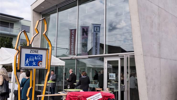 Symbolhaft zum Dornacher Bahnhof hin geöffnet; das Neue Theater.