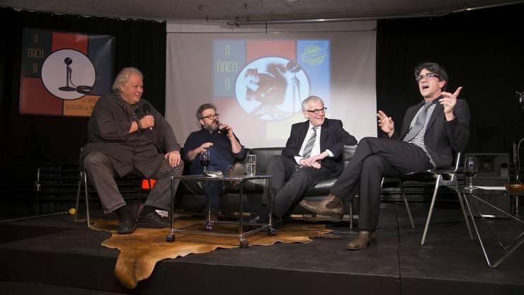 Talkmaster Jens Wacholz unterhält sich mit seinen Gästen (v. l): Heinz Urben, Pipo Kofmehl und Kurt Fluri.