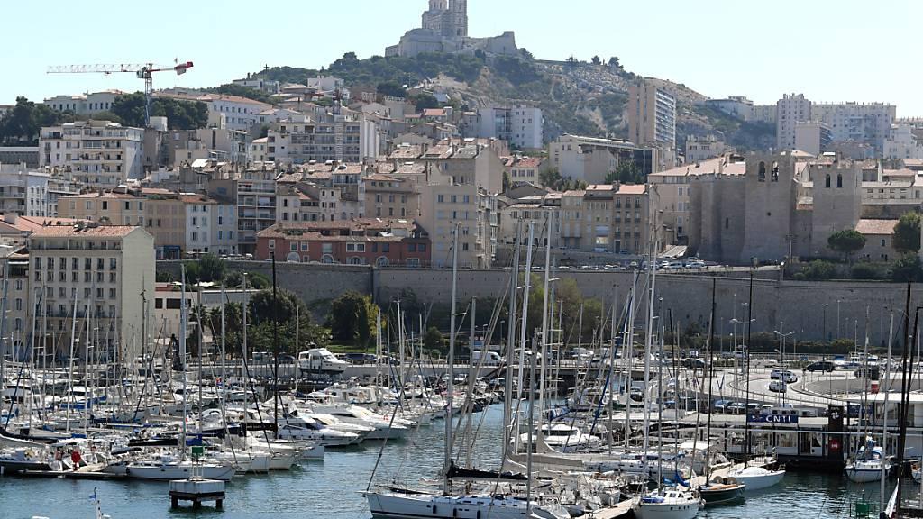 Macron sagt Bandenkriegen und Sozialproblemen Marseilles Kampf an