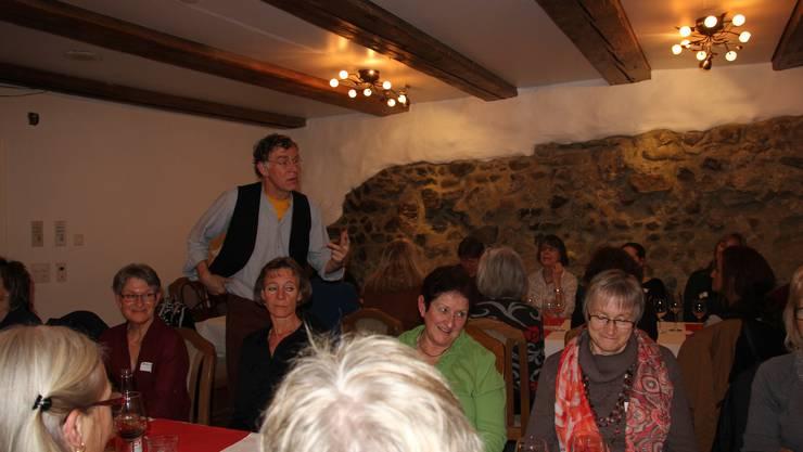 Der Geschichtenerzähler Bruno Durrer fesselt die Anwesenden mit seinen Geschichten