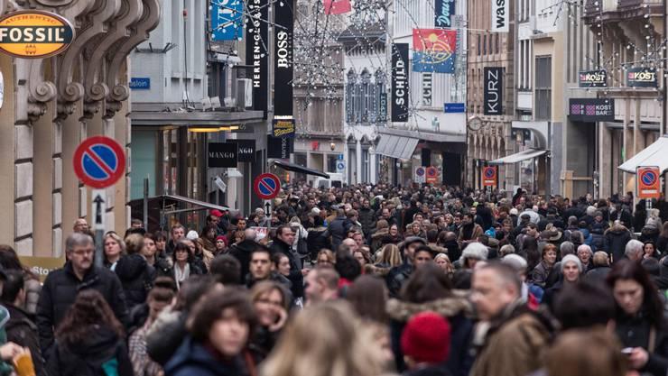 Das Gedränge in der Freien Strasse am Sonntagsverkauf war am Nachmittag dicht – trotzdem wirkten die meisten Menschen entspannt.