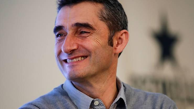 Ernesto Valverde hat gut lachen: er bleibt weiterhin Trainer des FC Barcelona