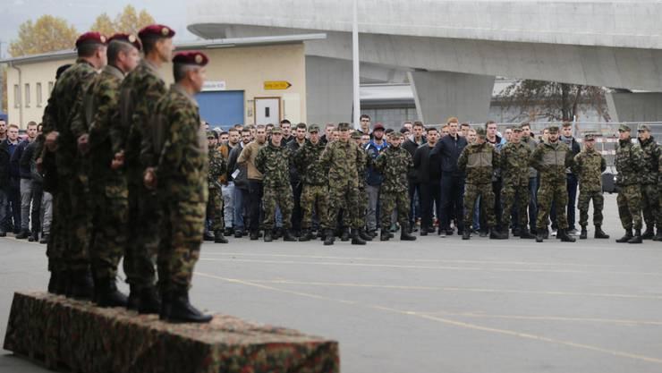 Einrücken für Rekruten auf dem Waffenplatz in Thun: Wer keine Lasten tragen kann, soll künftig dennoch ins Militär eingezogen werden können. (Archivbild)