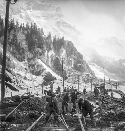 Bahnarbeiter, Rettungskräfte vor der durch die Explosionen im Munitionsstollen zusammengebrochenen Felswand in Blausee-Mitholz, Dezember 1947.