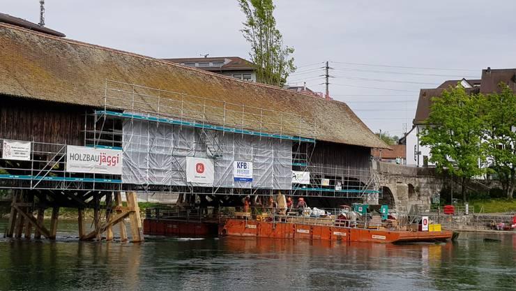 Wird in den nächsten Tagen abtransportiert: die Schwimmplattform auf der Aare, von der aus die Pfeiler der Alten Brücke saniert wurden.