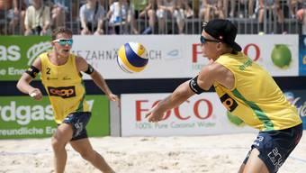 Florian Breer (r.) und Yves Haussener gewinnen Basler Austragung der Coop-Beachtour.