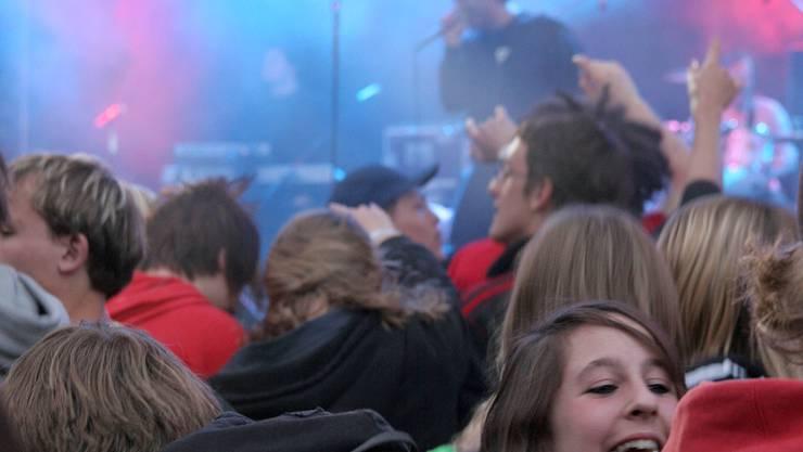 Warten hat ein Ende: Die Wohler Musikfans sind gespannt auf das Programm der «neuen Sound Arena» 2010. (Bild: Nadja Tratschin)