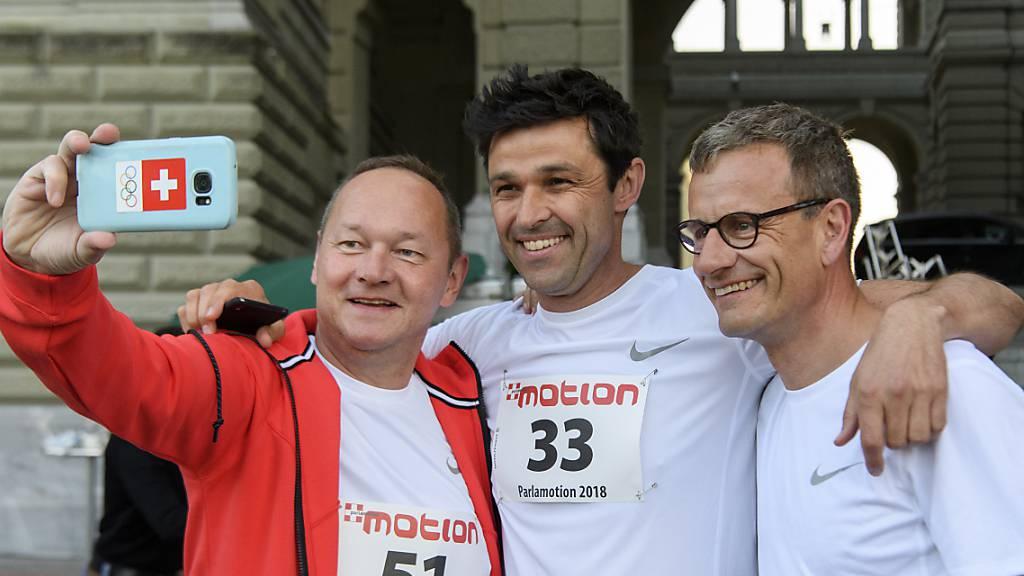 Nationalrat Jürg Stahl (SVP/ZH), Nationalrat Matthias Aebischer, (SP/BE) und Matthias Remund, Direktor des Bundesamt für Sport (BASPO), von links, haben am Donnerstag beim Bundeshaus in Bern für ein Selfie während dem traditionellen Parlamentarierlauf posiert.
