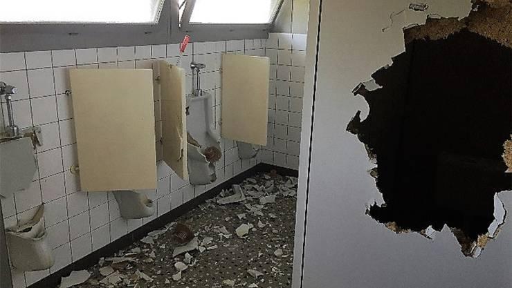 Schinznach, Juli 2019: Vandalen haben in Schinznach in der Aula gewütet: Sie schlugen Fenster ein, versprayten Wände und zerstörten ein Keyboard und weitere Gegenstände. Die Täter sind dem Gemeinderat bekannt.