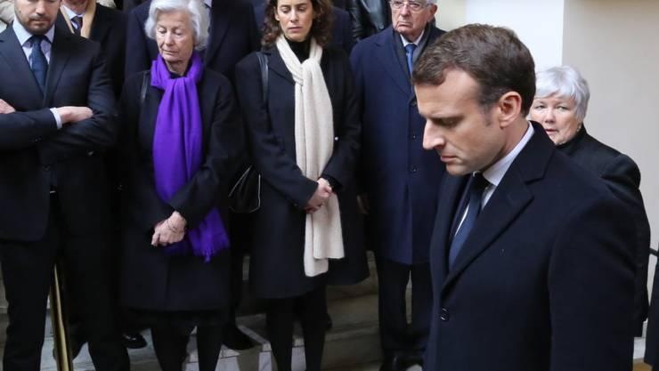 Frankreichs Präsident Emmanuel Macron (rechts im Vordergrund) bei einer Gedenkfeier für den Präfekten Claude Érignac, der vor 20 Jahren von militanten korsischen Nationalisten ermordet worden war.