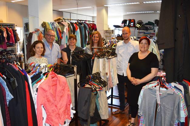 Günstige Kleider und kompetente Beratung: Sandra-Anne Göbelbecker (rechts im Bild) er-klärt den Mitgliedern der Steuergruppe das Angebot des Drehpunkts in Baden.
