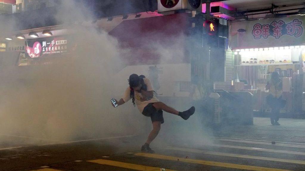 Die Polizei setzte Tränengas, Pfefferspray und Gummigeschosse gegen teils vermummte Teilnehmer ein.