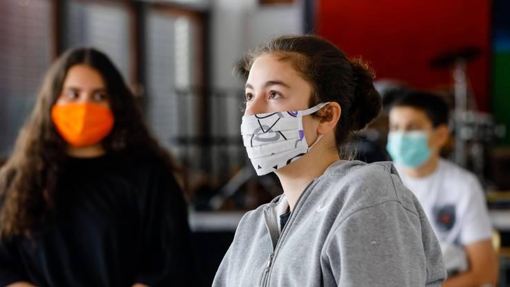 Ab Montag alltäglich auch an Sek-II-Schulen im Aargau: Maske im Schulzimmer.