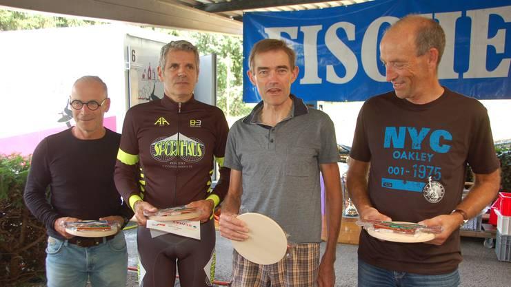 Seit vielen Jahren wieder an einem Radrennen gesichtet: Urs Zimmermann (Zweiter von rechts), der Sieger der Tour de Suisse 1984.