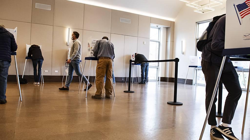 Wählerinnen und Wähler geben ihre Stimmen ab. Foto: Kelsey Brunner/The Aspen Times/AP/dpa