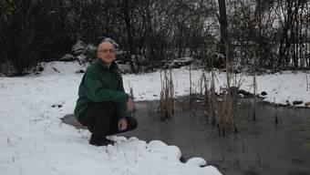 Jürg Winter bei den Tümpeln, die der Naturschutzverein Kaisten auf einer vereinseigenen Parzelle angelegt hat.
