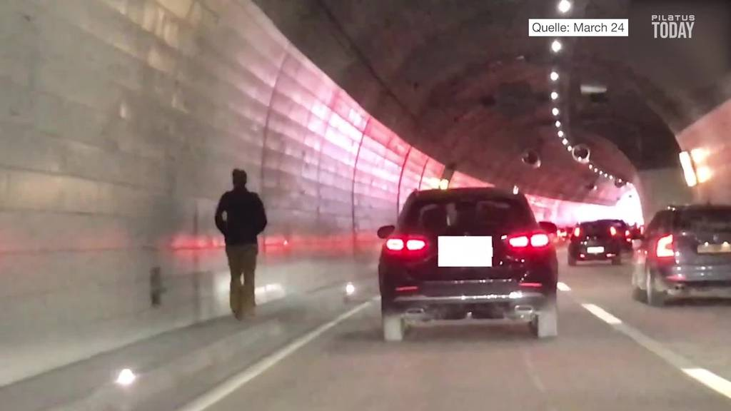 Fahrer rennt im Tunnel seinem Auto nach