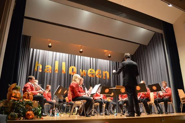 Das Jugendspiel Schenkbergertal unter der Leitung von Tobias Zwicky spielt zwölf Lieder am Jahreskonzert