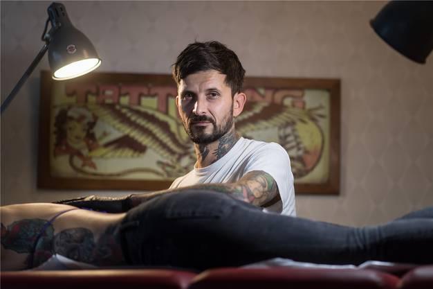 Ralf Hungerbühler, Tattoo-Artist, bei der Arbeit in seinem Studio.
