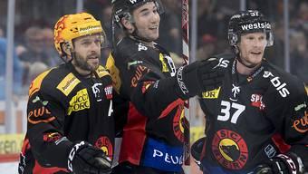 Bern ist neuer Leader: Simon Moser (Mitte) freut sich mit Topskorer Andrew Ebbett und Mika Pyoeraelae