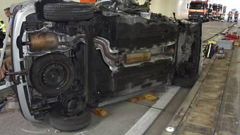 Das Autowrack nach dem schweren Unfall im Raischibe-Tunnel der Autobahn A3 am Walensee: Der Beifahrer starb, die Lenkerin wurde schwer verletzt.
