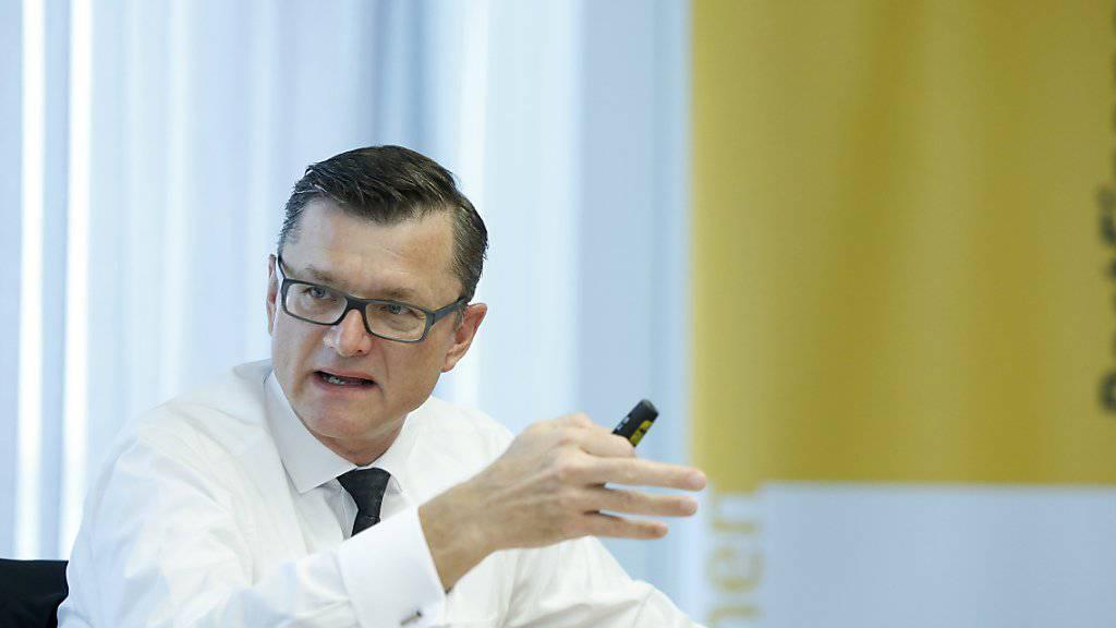 Hansruedi Köng, CEO Postfinance, will sich zurückhalten, sollte er von der Politik einen grösseren Spielraum erhalten. (Archivbild)
