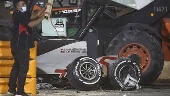 Der eine Teil des total zerstörten Autos, aus dem sich Romain Grosjean selber befreien und den Flammen entfliehen konnte