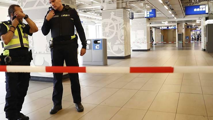 Nach einem Messerangriff hat die Polizei Teile des Amsterdamer Hauptbahnhofs abgesperrt.