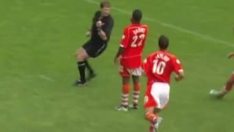 Neil Danns von Blackpool trifft gegenOldham aus rund 35 Metern.