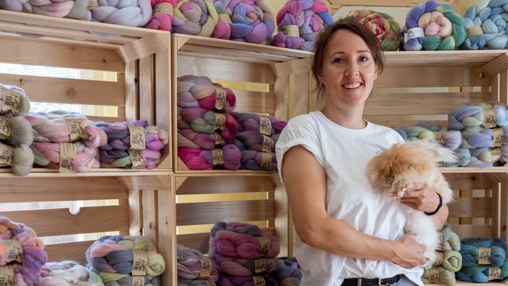 Nadja Scheidegger mit einem Angorakaninchen in ihrem Laden in Welschenrohr.
