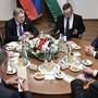 Stückli und gute Gespräche: Wladimir Putin (links) besuchte am Mittwoch seinen ungarischen Kollegen Viktor Orbán (rechts).