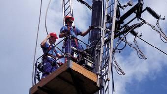Arbeiten an einer Freileitung im Aargau. Durch die Netze des Kantonswerks wird der Strom immer fliessen, unabhängig davon, ob die Energie bei der AEW Energie AG oder bei der Konkurrenz gekauft wird.