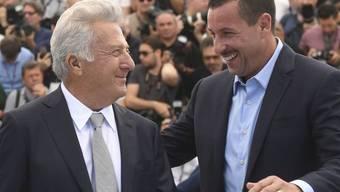 """Adam Sandler (r) hat beim Drehen von """"The Meyerowitz Stories"""" viel von Co-Star Dustin Hoffman (l) gelernt: Dieser sei mit Kollegen ebenso streng wie mit sich selbst, sagt er. (Archivbild)"""