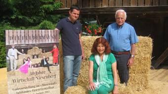 Die Kulisse besteht primär aus Strohballen – hier mit Wirt Jürg Meyer, Produzentin Hanna Matti und Projektleiter Ueli Fischer.