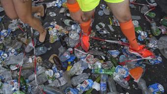 Die Parade-Teilnehmenden wateten streckenweise förmlich im Müll.