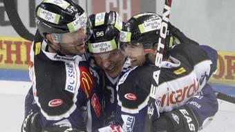 Damien Brunner (Mitte) lässt sich feiern.