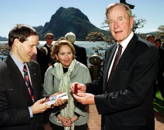 Geschenk für den US-Präsidenten: Carl Elsener übergibt dem inzwischen verstorbenen George H. W. Bush ein Victorinox-Taschenmesser.