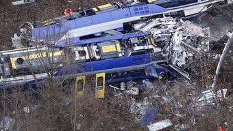 Überreste der zwei zusammengestossenen Züge bei Bad Aibling (Archiv)