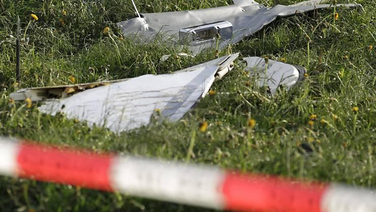 Trümmerteile nach einem Flugzeugabsturz (Symbolbild)