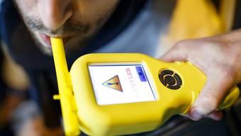 Eine Atemprobe ergab, dass ein auf dem Pannenstreifen der A7 im Auto eingeschlafener Lenker Alkohol intus hatte. (Themenbild)