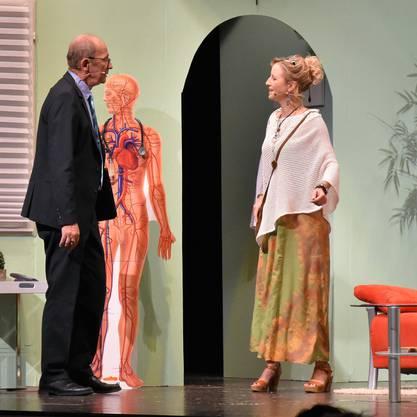 Fritz Ziegler (Peter Rathgeb) trifft auf seinen einstigen Ferienflirt Viola Löffler (Jaqueline Bysäth).