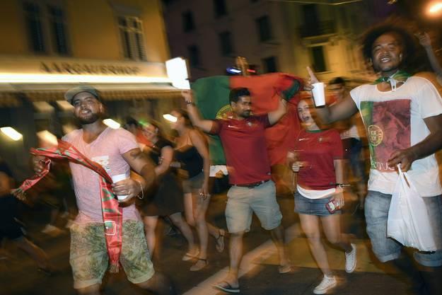 Jubelnd laufen die Fans durch die Strassen.