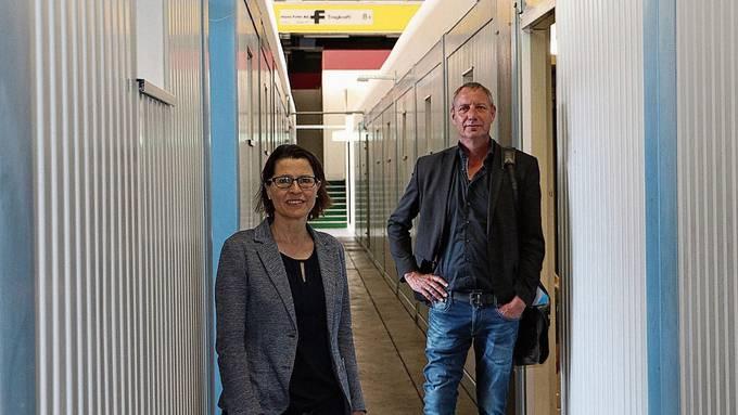 Bereiten den Betrieb vor: Pia Maria Brugger und Stephan Müller vom Kantonalen Sozialdienst.