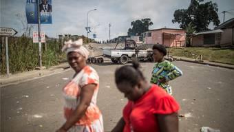 Ausgebrannte Fahrzeuge, Wahlplakate: Die Bevölkerung protestiert gegen die Räuberclique.MARCO LONGARI/Getty Images