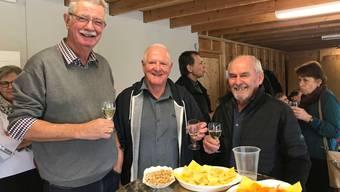 Erich Schärer, Vize-Präsident des Quartiervereins Fahrweid, der heutige Präsident Hans-Ulrich Furrer und Fredi Lüthi, alt Vize-Präsident, stossen auf das neue Jahr an.