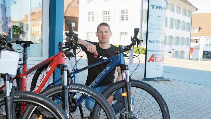 Berät derzeit zum Thema Veloservice viel übers Telefon: Daniel Waldmeier, Geschäftsführer von Wernli Sport in Frick.