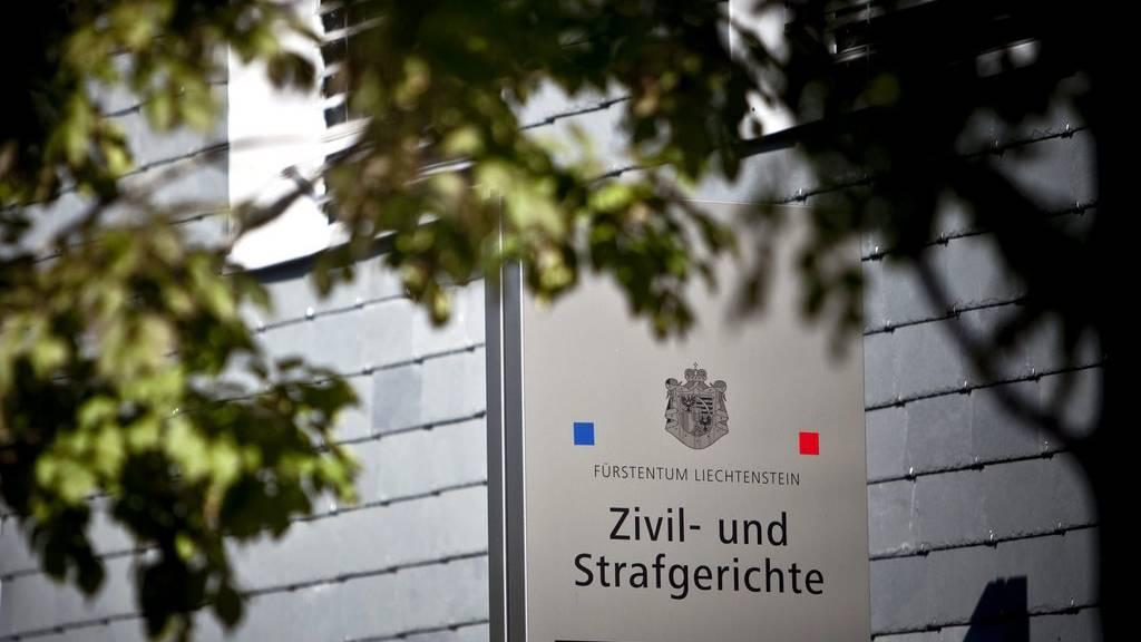 Der Chef-Banker muss sich wegen Millionenbetrugs verantworten. (Archivbild vom Eingang des Zivil- und Strafgerichts in Vaduz)