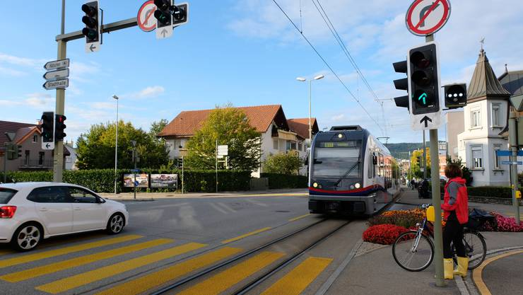 Die markanteste Änderung im Rahmen des Doppelspur-Ausbaus: Die Kreuzung von Bremgartner-, Windegg- und Guggenbühlstrasse soll in einen Kreisel mit Lichtsignalanlage umgebaut werden. Die Bahn wird mitten über den Kreisel fahren. Um das ganze Doppelspur-Ausbau-Projekt kennenzulernen, klicken Sie sich durch die Bildergalerie.