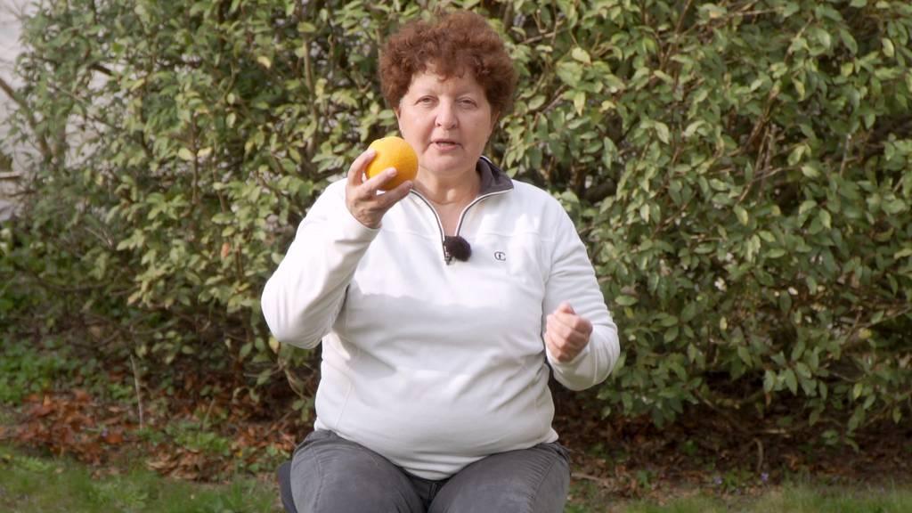 Senioren halten sich fit trotz Quarantäne - Übungen im Sitzen
