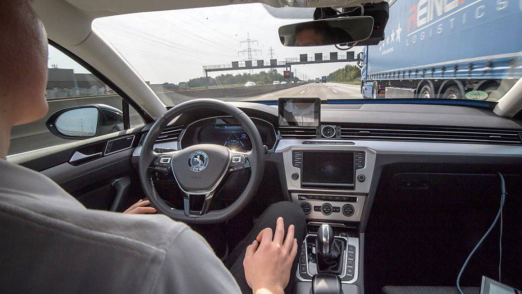 Wenn es nach Finanzminister Philip Hammond geht, sollen ab 2021 selbstfahrende Autos in Grossbritannien unterwegs sein. (Symbolbild)